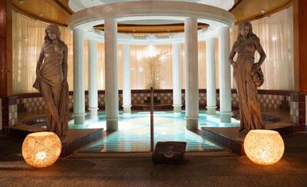 Das große Innenbecken und die Kaskade der Therme bieten Platz für Entspannung pur